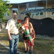 Vorsitzender Jochen Kraft übergibt eine Rose an die Mutter eines Erstklässlers