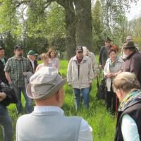 Besichtigung des jüdischen Friedhofs in Euerbach unter der Führung von Harri Winter (Dritter von rechts)