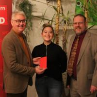 Der scheidenden Vorsitzende Bernd Schraut, Neumitglied Jana Schraut und der neue Vorsitzende Jochen Kraft bei der Übergabe des Parteibuchs.